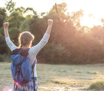 devojka postigla uspeh i raduje se