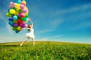 srecna devojka sa balonima