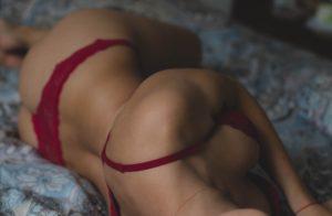 devojka u crvenom donjem vešu