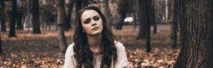 depresivna devojka u šumi