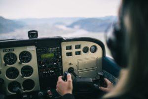 žena upravlja malim avionom