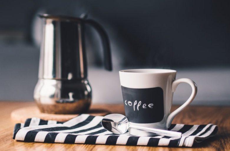 kafa na stolu