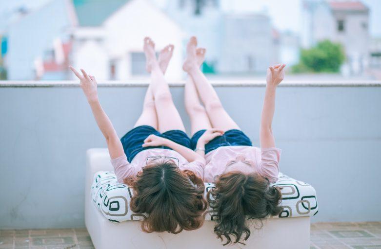 dve srecne devojcice na terasi