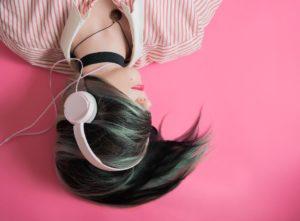 devojka slusa muziku