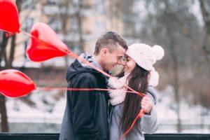 mladi-par-sa-crvenim-balonima-od-srca